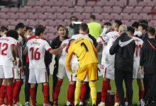 لاعبو اشبيلية خلال مباراة برشلونة